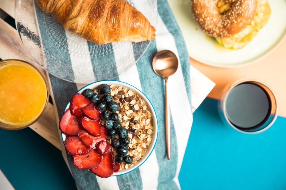 Photo représentant un petit déjeuner complet