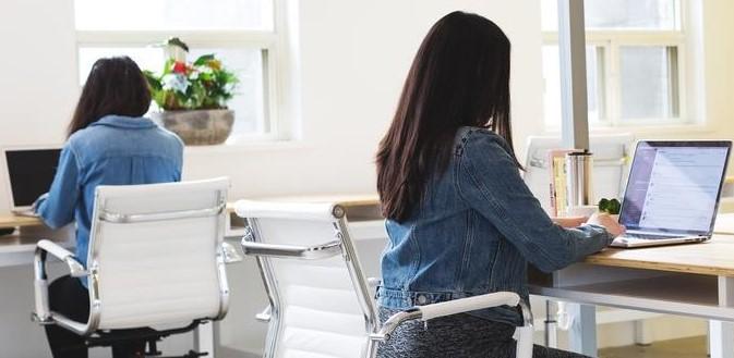 salariés consultant leur boîte mail et accédant à leur coaching mail hebdomadaire
