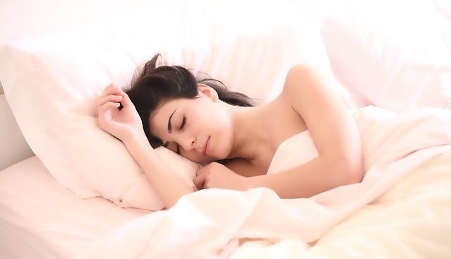 photo montrant une femme dormant profondément