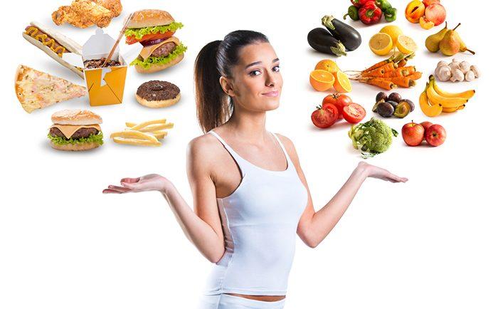 photo montrant une femme devant choisir entre nourriture grasse et nourriture saine et équilibrée