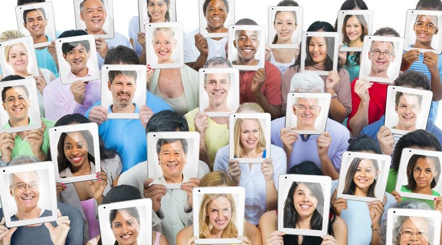 Photos montrant plein d'individus différents présentant une photographie d'eux-mêmes