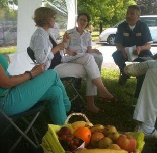 Photo montrant un atelier nutrition en plein air avec une nutritionniste et plusieurs salariés