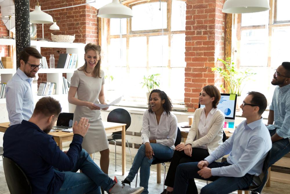 Photo d'un atelier sur regroupant un coach et 6 salariés sur le thème de la gestion des relations d'équipe