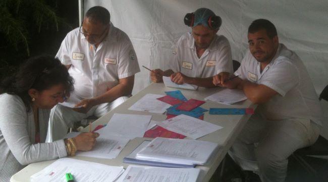 Photo avec des salariés travaillant sur leur bilan risques physiques