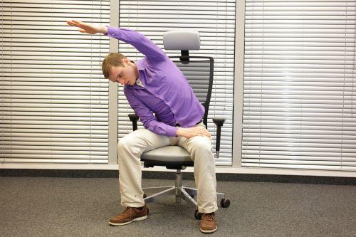salarié faisant un exercice au bureau