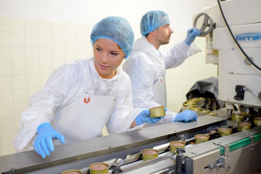 photo montrant deux salariés effectuant des gestes sur une chaîne de production
