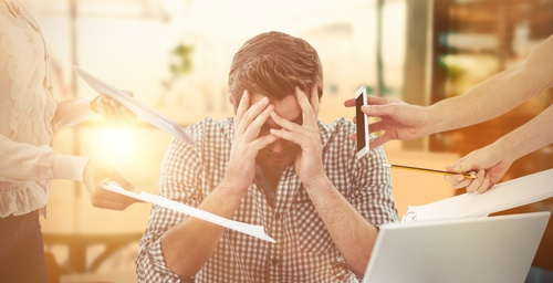 Photo d'un homme stressé au travail