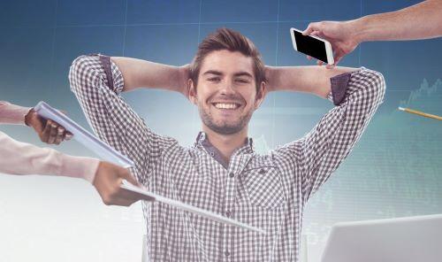 Photo d'un homme gérant bien son stress malgré les sollicitations au bureau