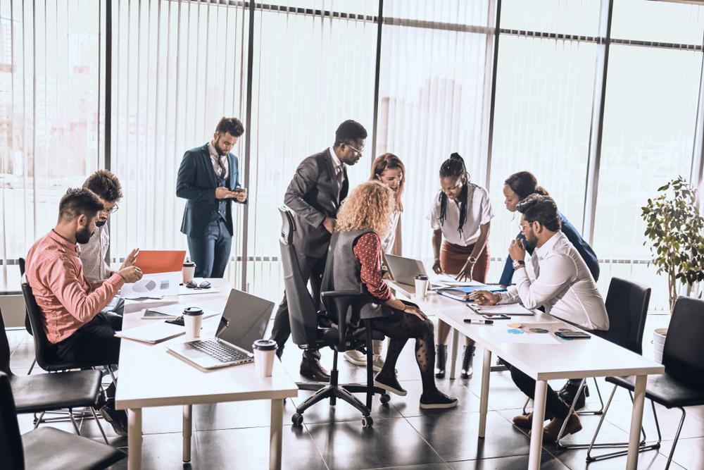 Photo de salariés travaillant en équipe dans de bonnes conditions de performance