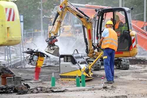 Salarié des travaux publics dans un environnement avec poussière et nuisance sonore