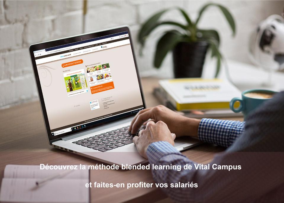photo avec un ordinateur sur un bureau qui présente le programme Mon Capital Santé