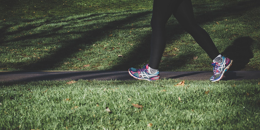 photo des jambes d'un jogger en action